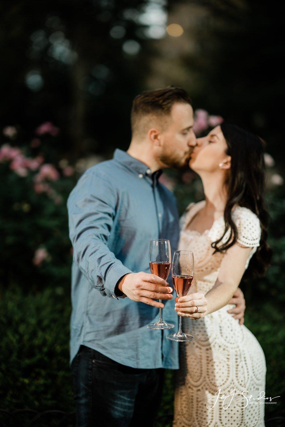 couple kiss in rittenhouse square engagement