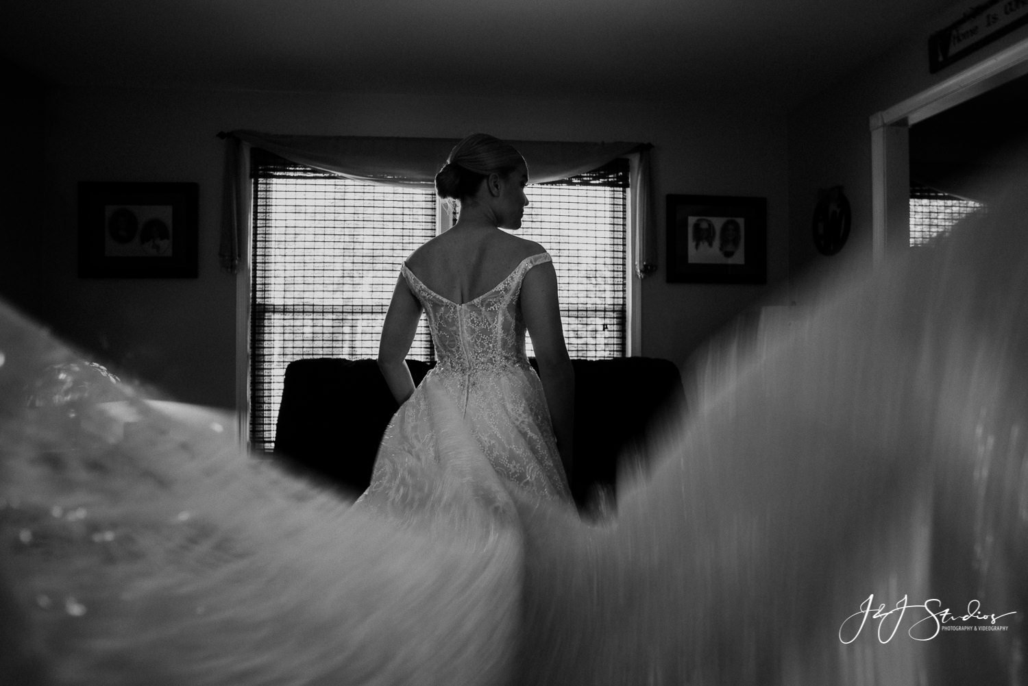 bride with flapping dress ramblewood country club wedding