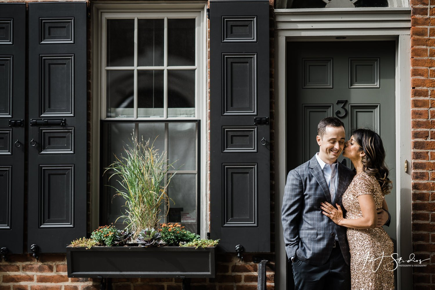 couple engagement photos in philly juniper street