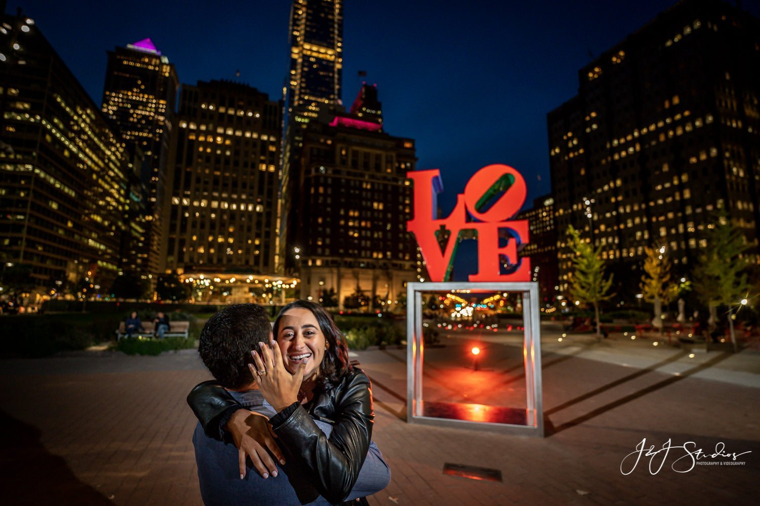 engagement photos at love park philly photographer