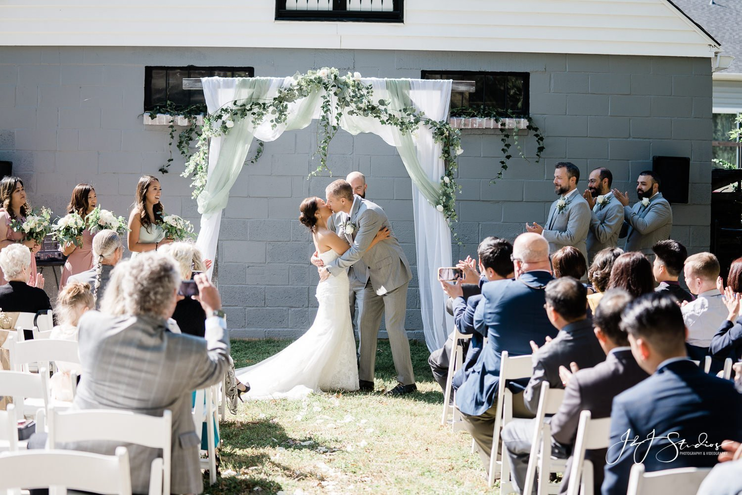 the first kiss baltimore backyard wedding photographer john ryan j&j studios