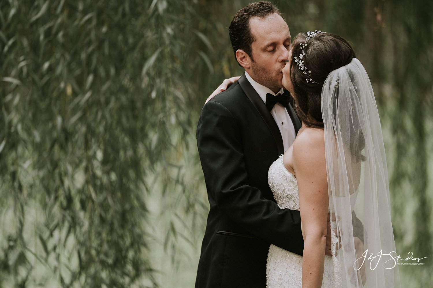 weeping willow tree philly wedding 18th century garden wedding philly