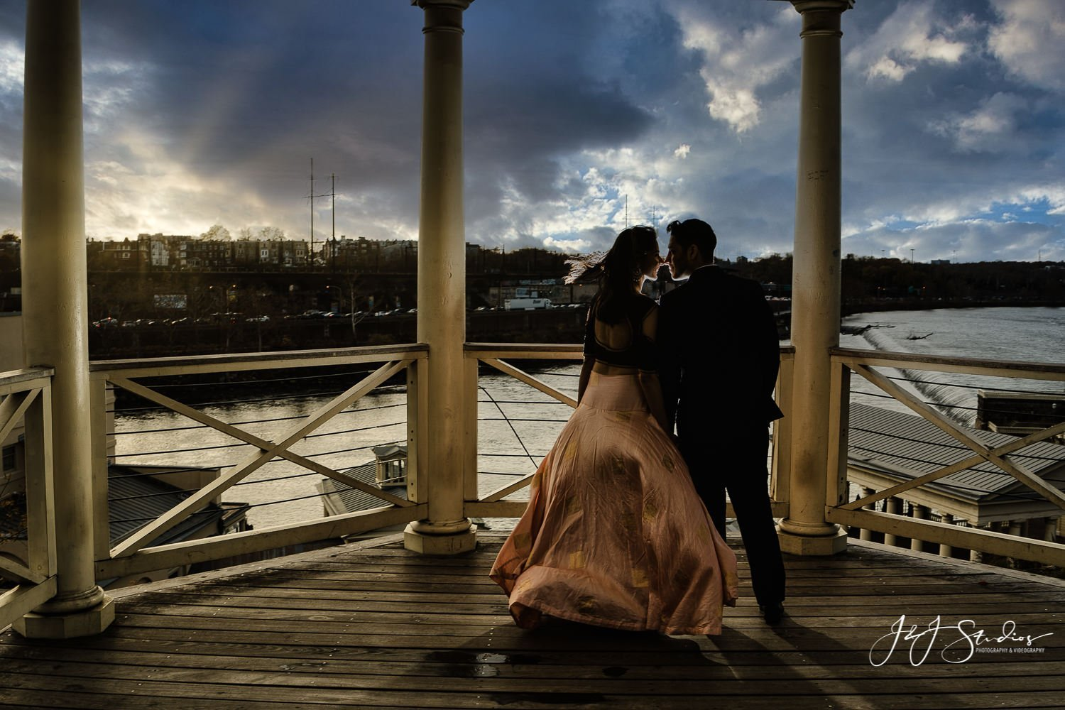 art museum rotunda philly engagement pictures