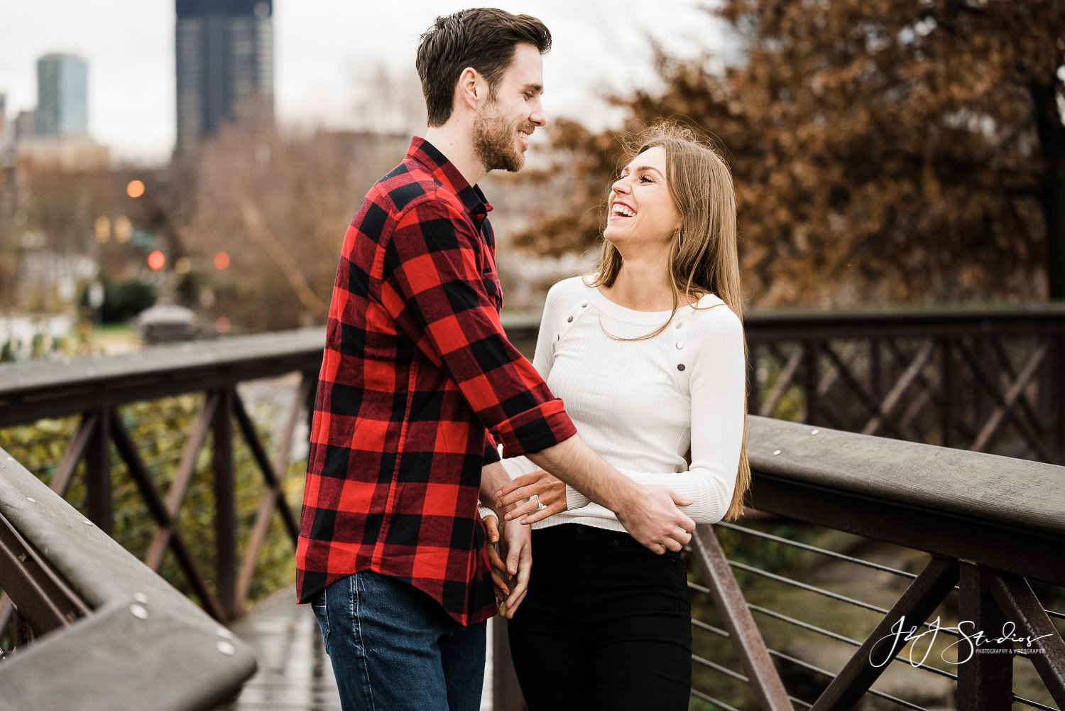 art museum philadelphia engagement couple